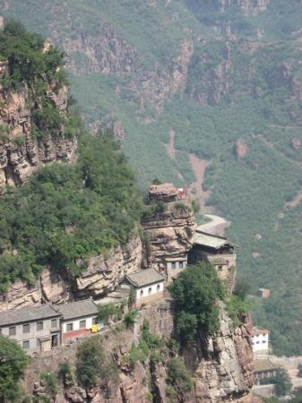 Shijiazhuang, Chiny: Cliff dwellings at Cangyan Shan