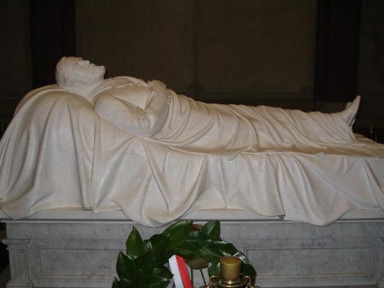 Lee Chapel and Museum: lee memorial burial below this