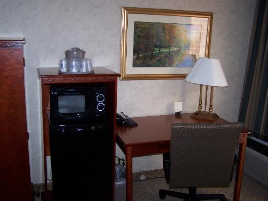 Wingate by Wyndham Springfield: Desk, micro and fridge setup