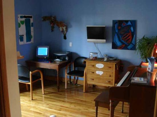 Pierre et Dominique : Common area with Internet & piano