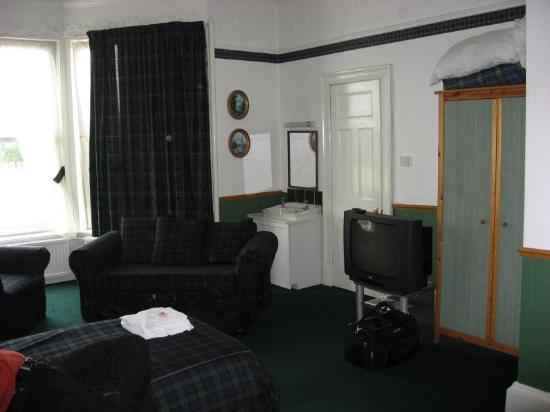 Brig O'Doon Guest House : Extra sink, TV, wardrobe