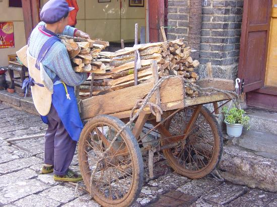 Zen Garden Hotel (Wuyi Yard): woman delivery wood the traditional way