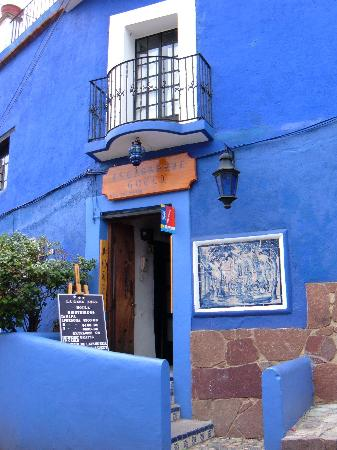 La Casa Azul: Front of hotel from across street