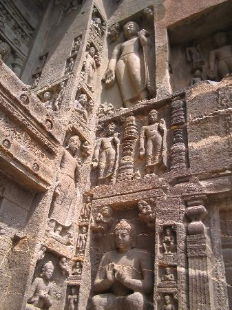 Ajanta, Indien: Sculptures outside a cave