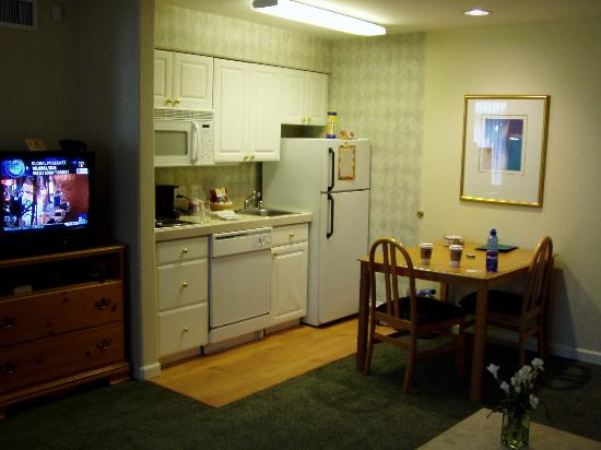 Homewood Suites by Hilton Vancouver-Portland: Kitchen Area