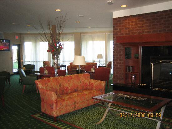 Courtyard by Marriott Salina: sitting area in lobby with lounge beyond
