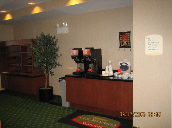 Courtyard Salina: 24-hour coffee and drink service in lobby