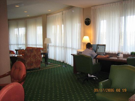 Courtyard by Marriott Salina: business area with two computers with high speed internet access