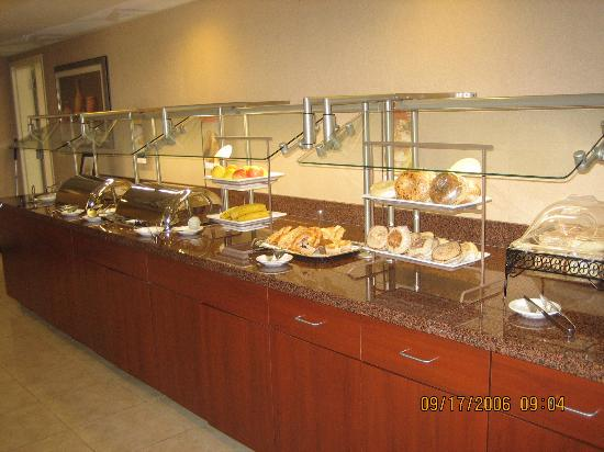 Courtyard Salina: breakfast buffet