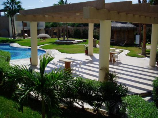 El Ameyal: Lower patio by pool and spa hut