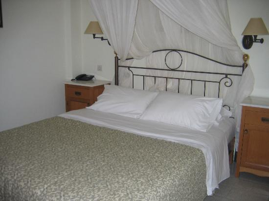 Adrakos Apartments: Our lovely comfy bed!!