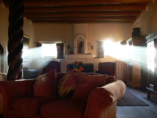 Mabel Dodge Luhan House: Morning in the lobby
