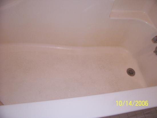 Days Inn Tupelo: Nasty, Stained Bathtub