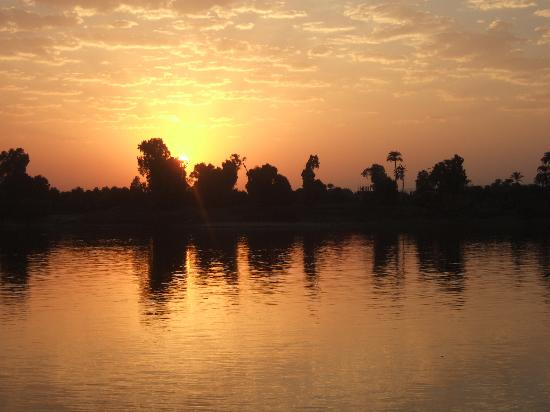 Jolie Ville Hotel & Spa - Kings Island, Luxor : Sunset at infinity pool