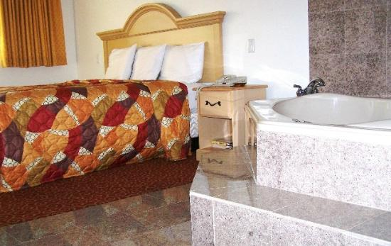 Glen Capri Inn & Suites - Colorado Street: Look How Nice to have JacuzziNext to your bed.