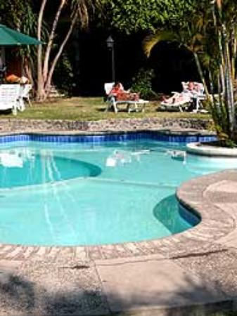 Hotel Dos Mundos: Pool with oasis