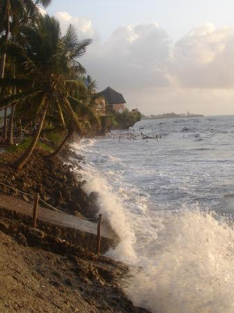 Voyager Beach Resort: early morning high tide covering beach