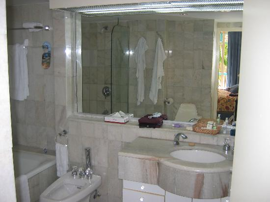Princess Port de Plaisance Resort and Casino: master bath