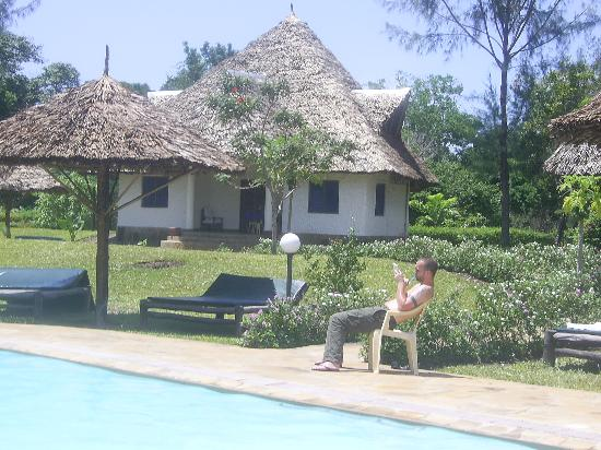 Kinondo Poa: pool and suite