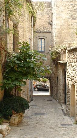 Bonnieux, France : Narrow alleyway
