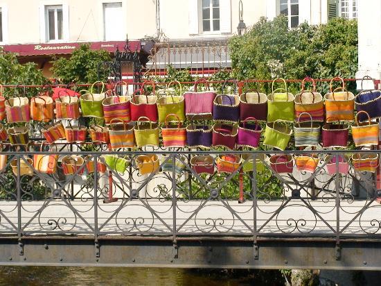 L'Isle-sur-la-Sorgue, فرنسا: Basket wall