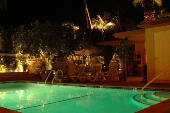 Old Ranch Inn : Night view of pool area
