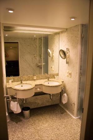 Steigenberger Airport Hotel: Bathroom