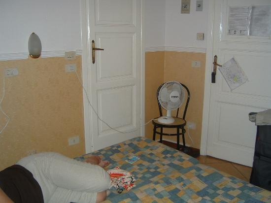 Hotel Ascot Florence: I've seen bigger kennels
