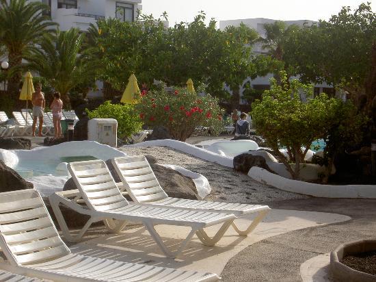 H10 Suites Lanzarote Gardens: nice pool scene