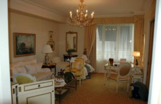 Four Seasons Hotel George V Paris: The living room in the suite