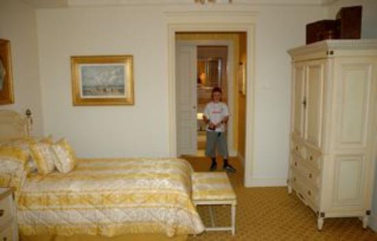Four Seasons Hotel George V Paris: Bedroom towards bath
