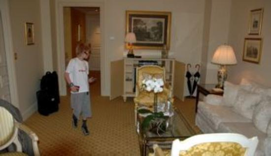 Four Seasons Hotel George V Paris: Living room... with wordl cup ready TV...
