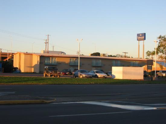 Teakwood Inn - Las Cruces: Exterior nice but close to I-10