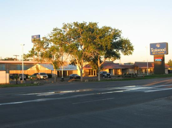 Teakwood Inn - Las Cruces: Nice hotel but close to freeway