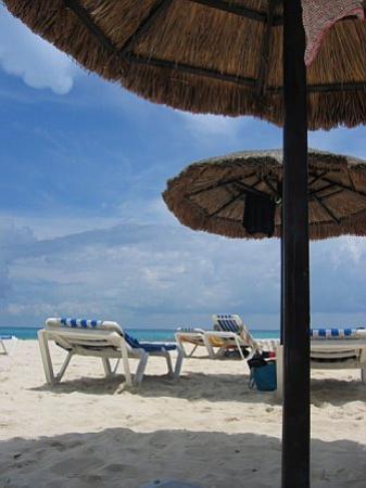 Luna Blue Hotel: mamita beach club umbrellas