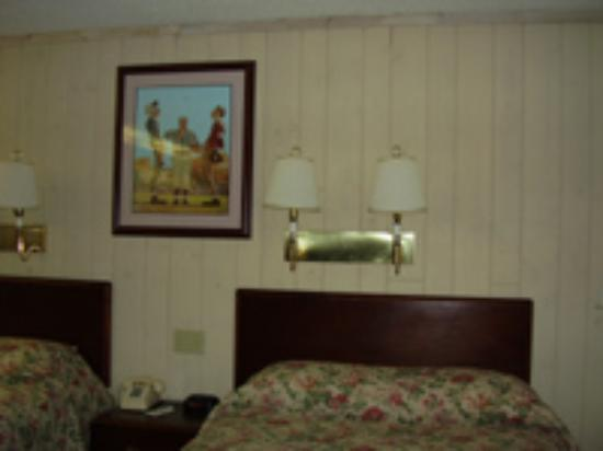 Chalet Inn: Beds with tacky artwork