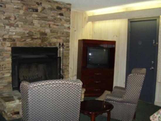Chalet Inn: Fireplace with sitting area