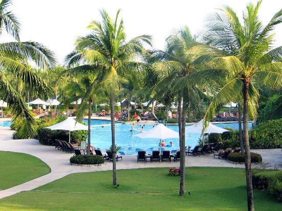 Shangri-La's Mactan Resort & Spa : view of the pool from the lobby