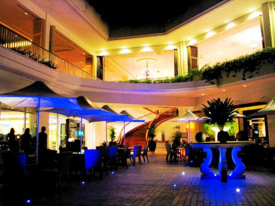 Shangri-La's Mactan Resort & Spa: ground level restaurants at night