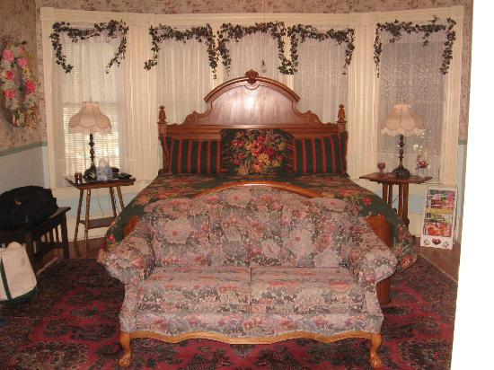 Old Kasper House: Rose Room with king bed a large room