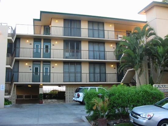Punahoa Beach Apartments : Front view of the condos from the street