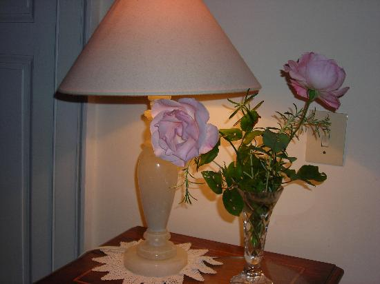 Les Fontaines : Fresh roses in our room