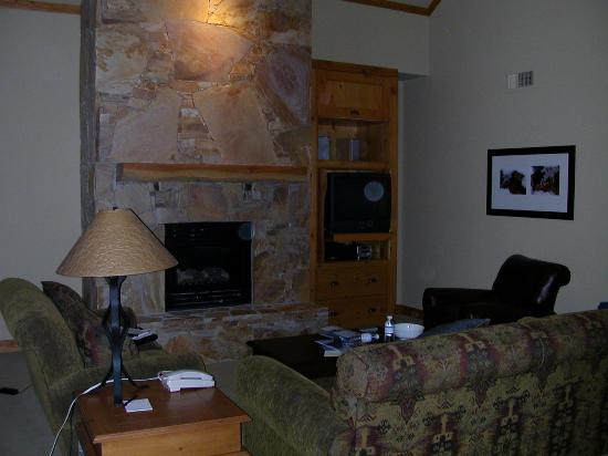 First Tracks Lodge - living room (3 bedroom)
