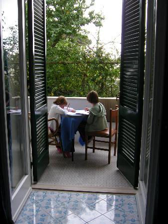 فندق فيلا سارة: Our own private balcony
