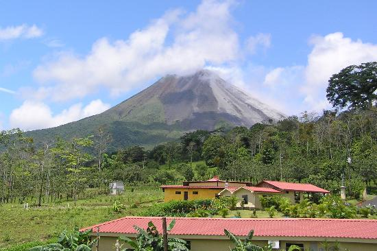 Arenal Volcano Inn : The volcano is right there!