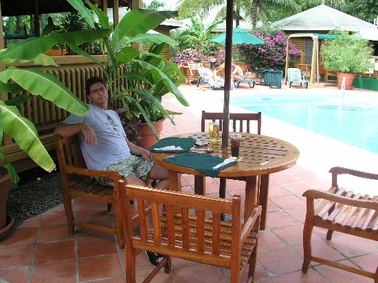 Toucan Inn: lunch by the pool