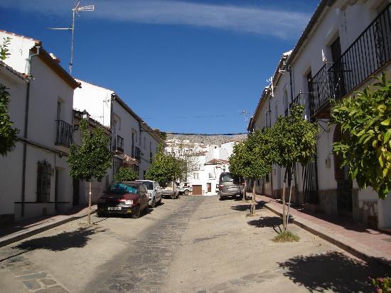 Hotel Los Castanos : Cartajima's main drag