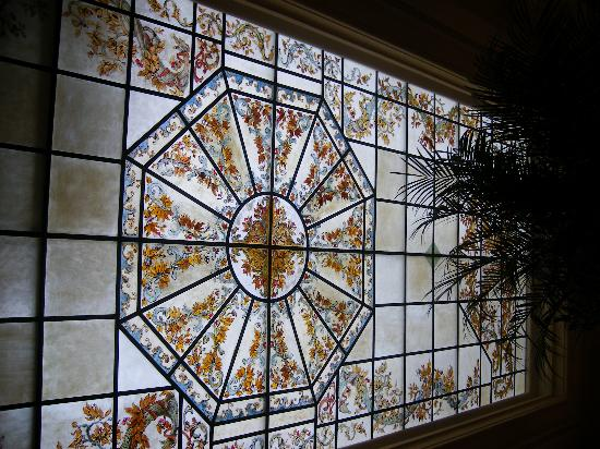 Hotel Lotti Paris: Stainglass ceiling in the bar area.. really lovely!