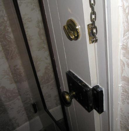 Neighbour House Bed and Breakfast: Door that wouldn't close