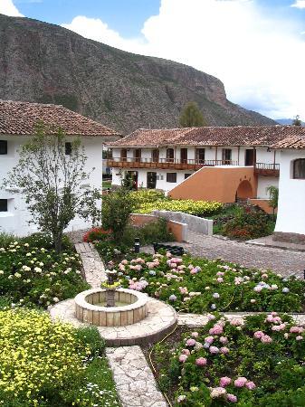 Sonesta Posadas del Inca Yucay: Fountain and gardens